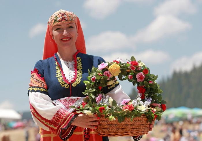Bułgarka w tradycyjnym stroju z koszem pełnym jedzenia