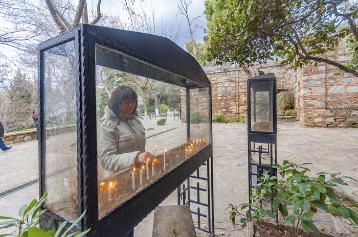 Pielgzrymi palą świeczki przed Domem Matki Bożej