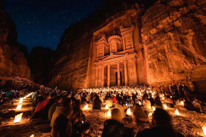 """""""Petra by Night""""  to z artystycznego punktu widzenia średnie widowisko, ale za to jedyna okazja zobaczenia skalnego miasta nocą"""