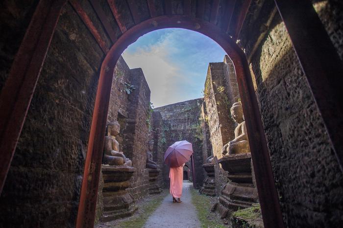 W świątyni Koe-taung, Mrauk U (Arakan, Birma)