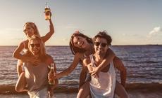 Paczka przyjaciół na plaży