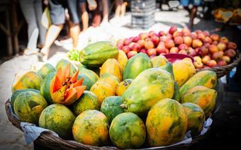 Papaje i jabłka na targu
