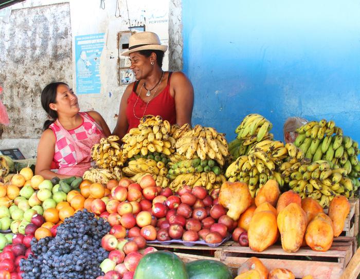 Stragan z owocami w Peru
