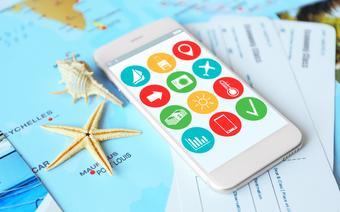 Smartfon z odpowiednimi aplikacjami jest bardzo przydatnym narzędziem w podróży