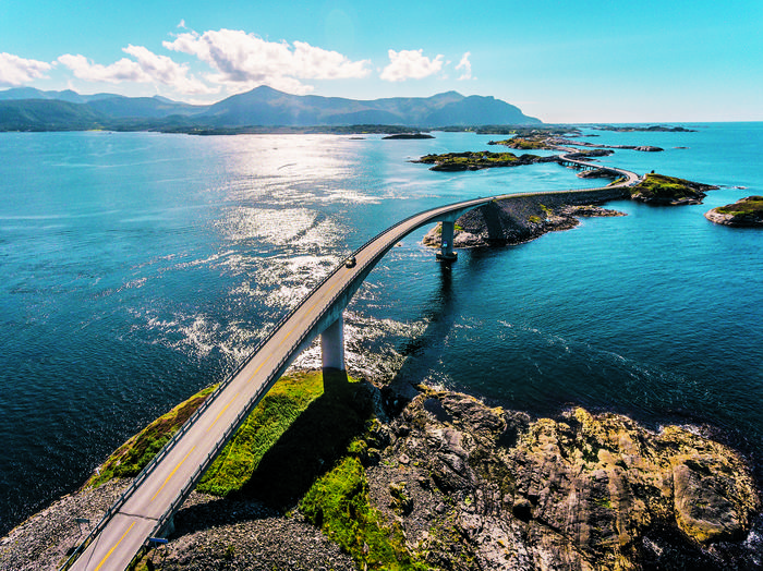 Północne krajobrazy uzależniają. Słynna Droga Atlantycka łączy mostami, wiaduktami i groblami norweskie wysepki między Kristiansund a MoldeW