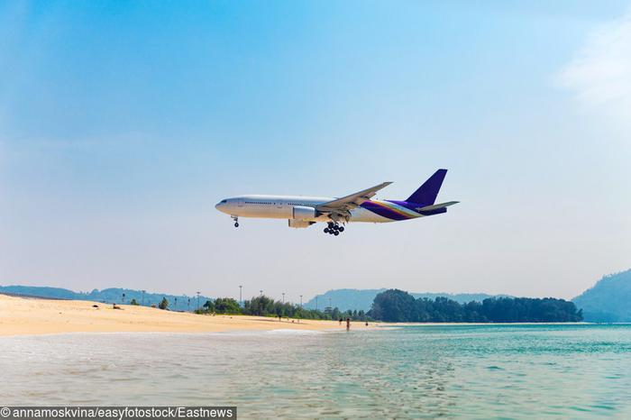 Samolot lądujący na lotnisku Phuket