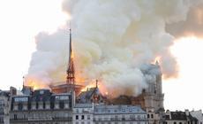 Płonąca Katedra Notre-Dame w Paryżu