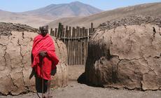 Wódz masajskiej wioski czeka na turystów, którzy po krótkiej wizycie będą znowu mieli dylemat: czy to skansen, czy realia tutejszego bytu, fot. Monika Witkowska