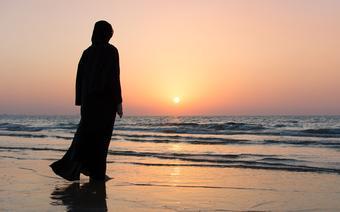 Kobieta w hidżabie na plaży