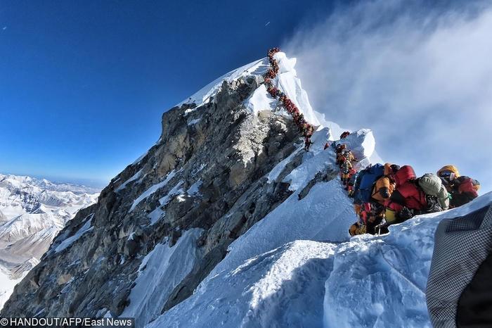 """Mount Everest - kolejka w """"strefie śmierci"""""""
