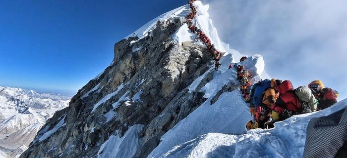 Mount Everest - kolejka w strefie śmierci