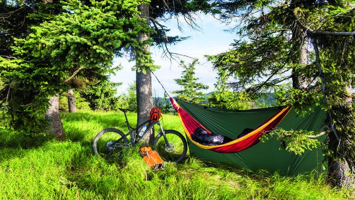 Hamak jest o wiele lżejszy niż namiot i nocleg w nim pozwala na głębszy kontakt z przyrodą