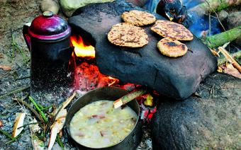 Obiad z ogniska: pieczone jabłka, gotowana kawa, zupa chrzanowa, podpłomyki