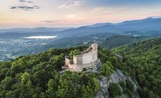 Ruiny Zamku Chojnik z XIII w. wznoszą się na granitowej górze o tej samej nazwie (627 m n.p.m.).