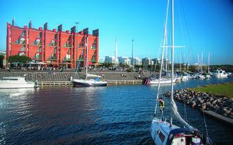 Marina w Västra Hamnen, a w niej, w czerwonym budynku, najstarsza restauracja ekologiczna w Szwecji