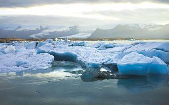 Lodowe góry suną przez wody JÖkulsárlÓn w stronę Atlantyku