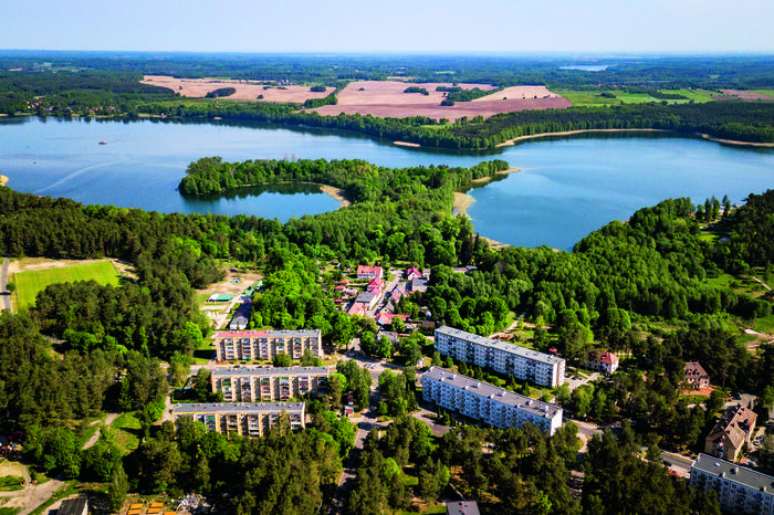 Borne Sulinowo ma wyjątkowo malownicze położenie nad jeziorem Pile. Tutaj widok na półwysep Głowa Orła