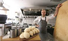 Jeden z kucharzy prezentuje poznańskie pyzy,które w restauracji Modra Kuchnia robi w wersji XL