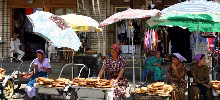 Kobiety sprzedające tradycyjny chleb - non. Szachrisabz, Uzebkistan