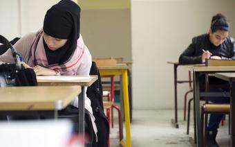 Muzułmańska dziewczynka podczas lekcji w klasie