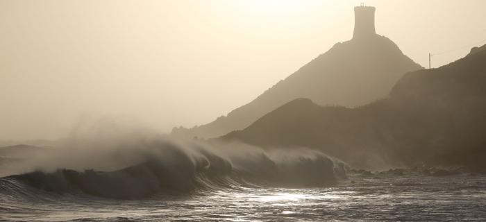 Fale w pobliżu Archipelagu des Sanguinaires na Korsyce