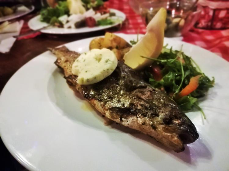 """Świdnica. Trota alla griglia, czyli pstrąg grillowany z ziemniakami w restauracji """"Gusto Italiano"""""""