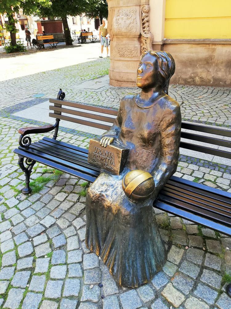 """Pomnik świdniczanki Marii Cunitz, zasłużonej astronomki, autorki pracy """"Urania propitia"""", będącej udoskonaleniem Tablic rudolfińskich Keplera"""