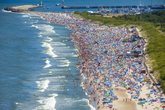 Tłum na plazy we Władysławowie