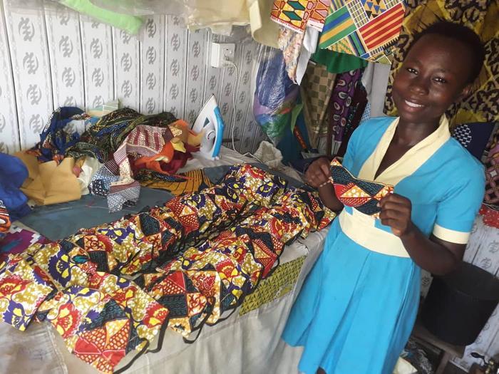 Ghana, podopieczne programu krawieckiego szyja maseczki dla kady medycznej