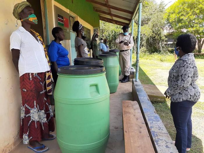 Kenia, Kisumu, beczki na wodę deszczowa dla kobiet (nie ma dostępu do bieżącej wody i prądu)
