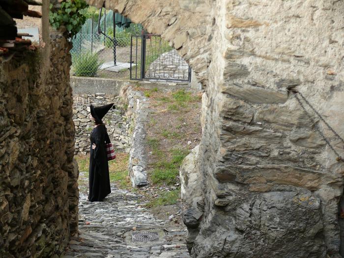 Na uliczkach Trioray w Ligurii, mozna spotkać kobiety przbrane za czarownice