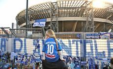 Neapol. Po śmierci Diego Maradony tumy kibiców zgromadziły się przed stadionem Napoli