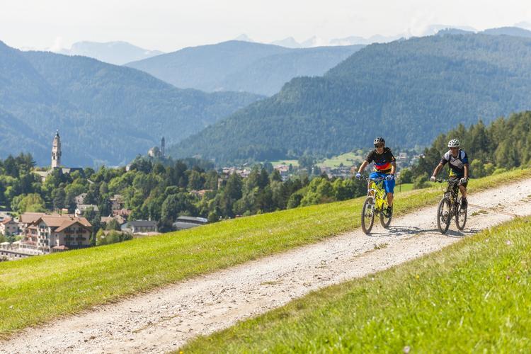 Ścieżka rowerowa Val di Fiemme biegnie wzdłuż trasy Marcialonga
