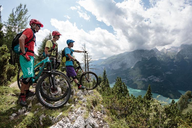 Trail nad jeziorem Molveno