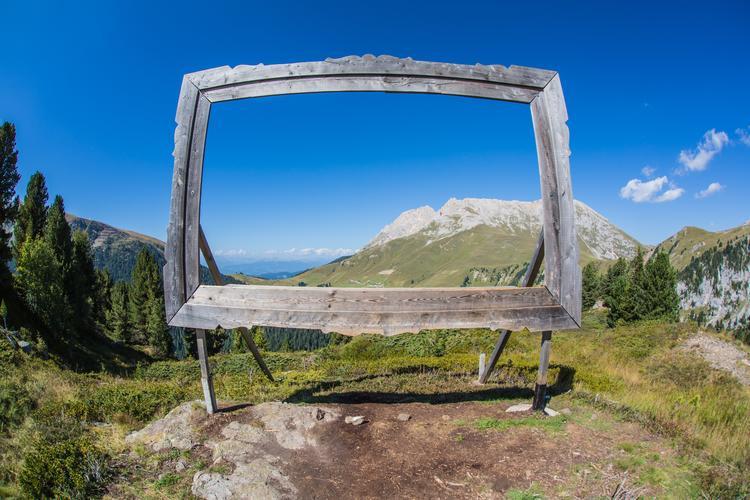 """""""RespirArt"""" w Trentino to jeden z najwyżej położonych parków sztuki na świecie. Trasa w kształcie okręgu biegnie pomiędzy wysokościami: 2000 a 2200m n. p. m."""