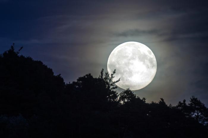 Pełnia Księżyca Jesiotrów w sierpniu/ zdjęcie poglądowe