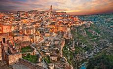 """Matera. We włoskim miasteczku zaczyna się kolejna filmowa opowieść  przygód Jamesa Bonda """"Nie czas umierać"""