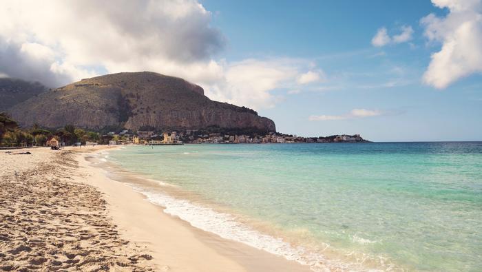 Plaża Mondello w Palermo. To wlasniej tutaj turysta z Niemiec odnalazł kartę Harrisona Forda